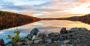 Panorama des Sonnenuntergangs über Seewald Lizenzfreies Stockfoto