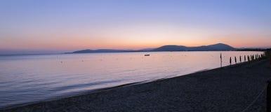 Panorama des Sonnenuntergangs über Strand Lizenzfreie Stockfotos