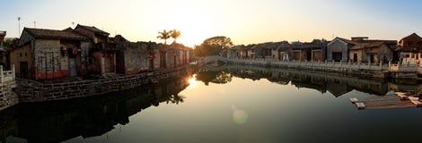 Panorama des Sonnenuntergangs eines alten chinesischen Dorfs Lizenzfreie Stockfotografie