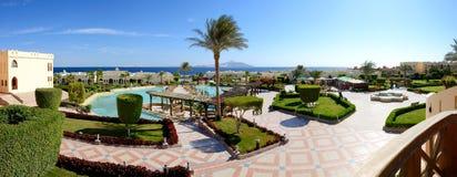 Panorama des Strandes im Luxushotel Lizenzfreie Stockfotografie