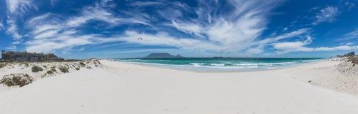 Panorama des Tafelbergs von Blouberg mit blauem Himmel stockfotografie