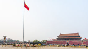 Panorama des Tiananmen-Platzes mit Flagge Stockfotos