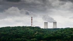 Panorama des tours de refroidissement des centrales nucléaires au Portugal - concept de production d'électricité Photos libres de droits