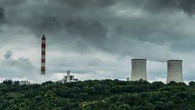 Panorama des tours de refroidissement des centrales nucléaires au Portugal - concept de production d'électricité Images stock