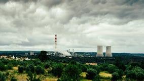Panorama des tours de refroidissement des centrales nucléaires au Portugal - concept de production d'électricité Photos stock