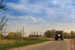 Panorama des Traktors auf Landstraße Lizenzfreie Stockbilder