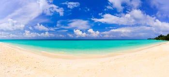 Panorama des tropischen Strandes Stockfotos
