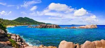 Panorama des tropischen Strandes bei Seychellen Stockfotos