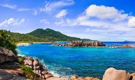 Panorama des tropischen Strandes bei Seychellen Stockbild