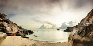 Panorama des tropischen Strandes vor Sonnenuntergang Stockbild