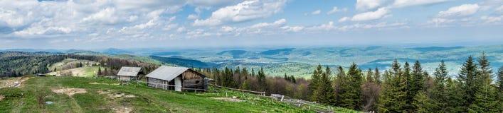 Panorama des villages de montagne dans les Carpathiens image stock