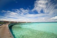 Panorama des villas de l'eau dans un océan Photographie stock