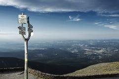 Panorama desde arriba de Sniezka, información sobre caminar la trayectoria Imagen de archivo libre de regalías