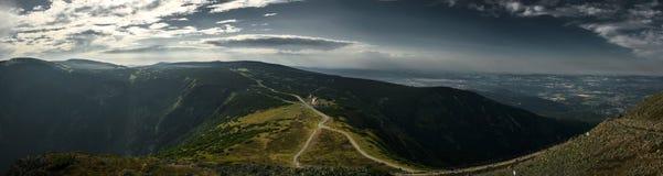 Panorama desde arriba de Sniezka, la vista de las montañas Fotografía de archivo libre de regalías