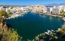 Panorama di Agios Nikolaos o di Ayios, città di Aghios in Creta, Grecia Mostra dei posti famosi: Lago, porticciolo, baia, vecchia fotografia stock