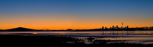 Panorama di alba della città di Auckland Fotografia Stock