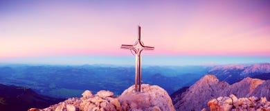 Panorama di alba di autunno di Hoher Goell Incrocio del ferro alla cima della montagna Fotografia Stock Libera da Diritti