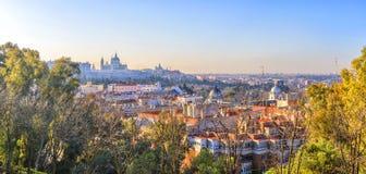 Panorama di alba di Madrid con Royal Palace e Almudena Cathe Fotografia Stock Libera da Diritti