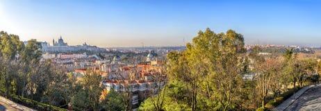Panorama di alba di Madrid con Royal Palace e Almudena Cathe Immagine Stock Libera da Diritti