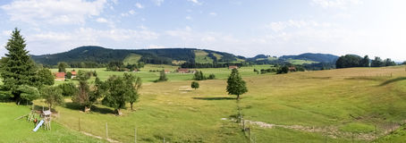 Panorama di Allgau, montagne e prati verdi fotografie stock libere da diritti