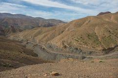 Panorama di alta catena montuosa dell'atlante e della strada tortuosa dalla o Fotografia Stock