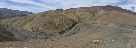 Panorama di alta catena montuosa dell'atlante e della strada tortuosa dalla o Fotografie Stock