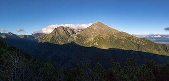 Panorama di alta cresta di Tatras con la montagna nazionale slovacca Kriv Fotografia Stock