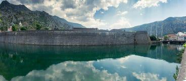 Panorama di alta parete antica con la fossa Immagini Stock Libere da Diritti