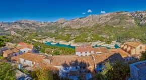 Panorama di alta risoluzione del villaggio e del lago di Guadalest Fotografie Stock