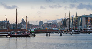 Panorama di Amsterdam Città portuale al tramonto Immagini Stock Libere da Diritti