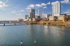 Panorama di Austin e del kayak del centro della gente al fiume Colorado fotografia stock libera da diritti