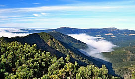 Panorama di autunno delle catene montuose di Krkonose dalla collina di Krakonos fotografia stock libera da diritti