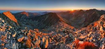 Panorama di autunno nel ladnscape dell'alta montagna con il sole Immagini Stock