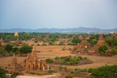 Panorama di Bagan con il fiume di Irrawaddy nei precedenti immagini stock libere da diritti