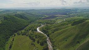 Panorama di bei montagna e fiume verdi della montagna al suo piede Bella fauna selvatica non trattata stock footage