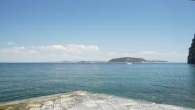 Panorama di bello castello medievale di Argonese che sta sull'isolotto roccioso vulcanico video d archivio