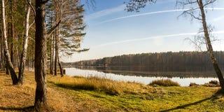Panorama di bello paesaggio di autunno con il lago e la foresta sulla Banca della Russia, i Urals Fotografie Stock