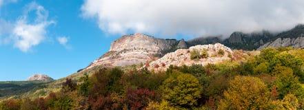 Panorama di bello paesaggio colourful di autunno in montagne fotografia stock libera da diritti