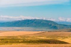 Panorama di bello paesaggio con le catene montuose nel Kazakistan Fotografie Stock