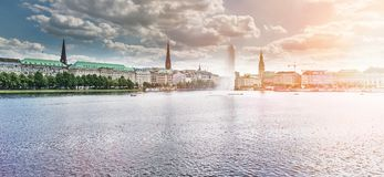 Panorama di Binnenalster del lago Alster a Amburgo, Germania sotto il bello cielo Fotografie Stock