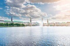 Panorama di Binnenalster del lago Alster a Amburgo, Germania sotto il bello cielo Fotografia Stock