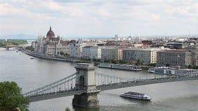 Panorama di Budapest con il Danubio e la costruzione del Parlamento, Ungheria video d archivio