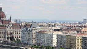 Panorama di Budapest con il Danubio e la costruzione del Parlamento, Ungheria stock footage