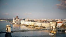 Panorama di Budapest con il Danubio e la costruzione del Parlamento, Ungheria Vista aerea di Budapest Ungheria al rallentatore stock footage