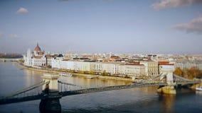 Panorama di Budapest con il Danubio e la costruzione del Parlamento, Ungheria Vista aerea di Budapest Ungheria al rallentatore archivi video