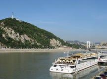 Panorama di Budapest con la nave immagine stock