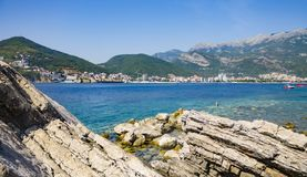 Panorama di Budua con le rocce in priorità alta dall'isola di Sveti Nikola Immagini Stock