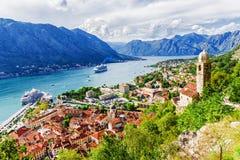 Panorama di Cattaro e di una vista delle montagne, Montenegro fotografia stock