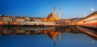 Panorama di Costantinopoli ad un tramonto drammatico Immagine Stock Libera da Diritti