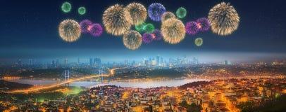 Panorama di Costantinopoli alla notte con i fuochi d'artificio Fotografie Stock
